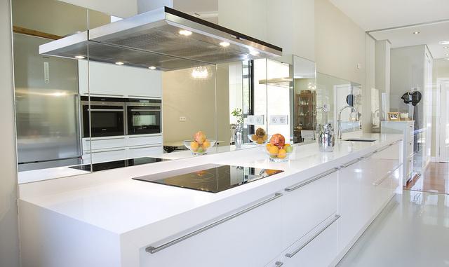 Cocinas con espejos decoraci n inusual construarte c a for Cocinas con espejos