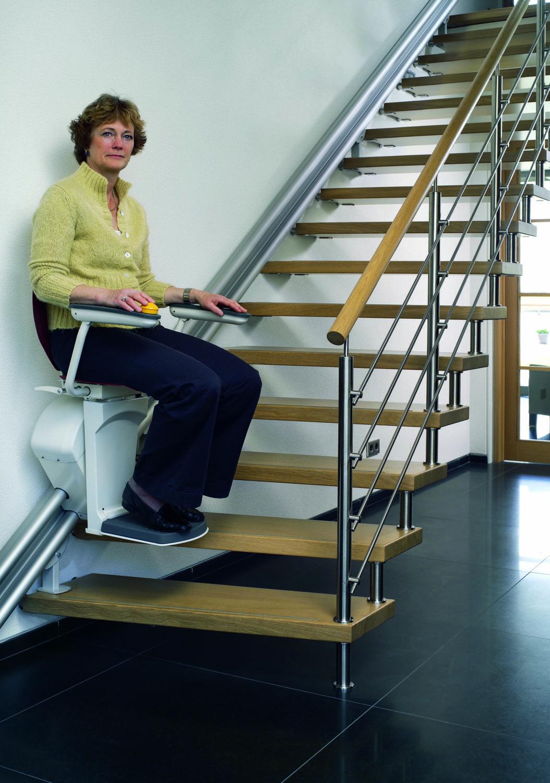 Elevadores de escalera para minusv lidos y personas con for Sillas para subir y bajar escaleras
